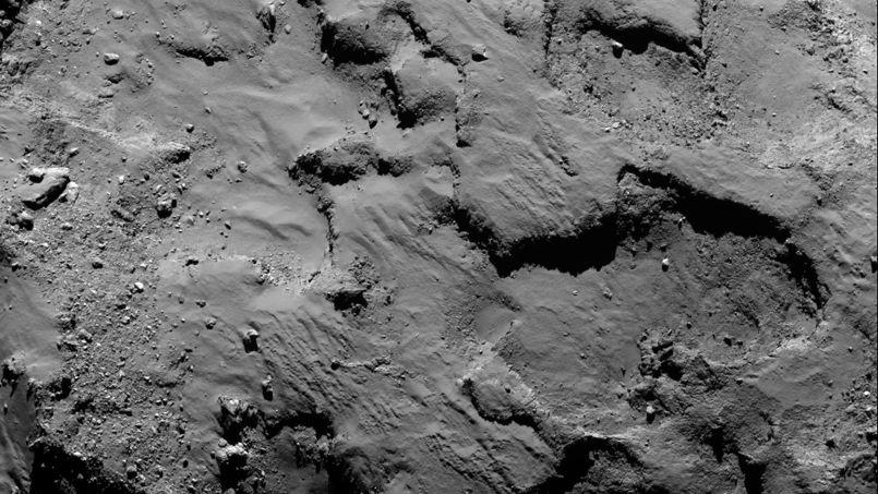 La surface de la comète 67P est très accidentée. (Crédits photo:ESA/Rosetta/MPS for OSIRIS Team MPS/UPD/LAM/IAA/SSO/INTA/UPM/DASP/IDA)