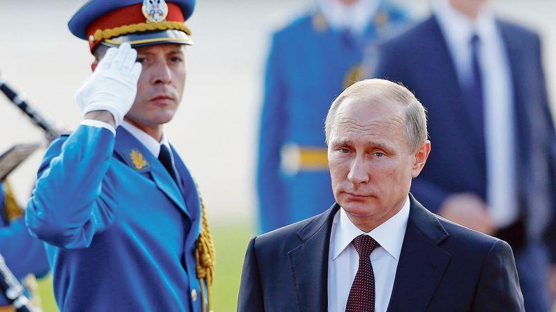 Le président russe, Vladimir Poutine, jeudi, à Belgrade, pendant la cérémonie militaire célébrant le soixante-dixième anniversaire de la libération de la ville.