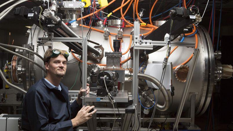 Le jeune Thomas McGuire devant son expérience de réacteur de fusion thermonucléaire compact dans les laboratoires Skunk Works de Lockheed Martin en Californie.