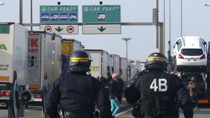 Une quarantaine de CRS se sont efforcés d'empêcher les migrants de monter à bord des camions.