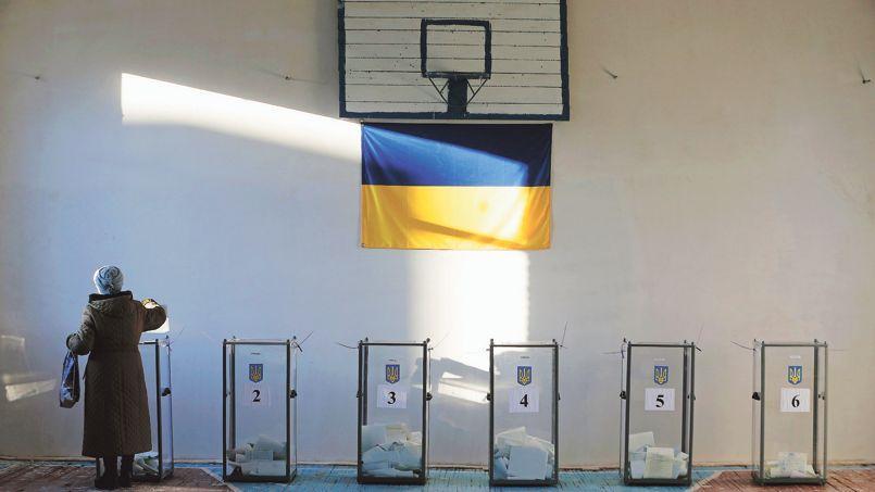 Une femme vote dans une école près de la ville de Sloviansk, dans l'Est ukrainien, dimanche.