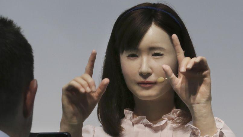 Un robot japonais conçu par Toshiba. Elle pratique le langage des signes.