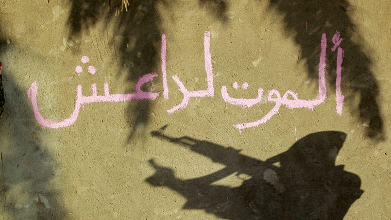 Grafiti qui signifie «mort à l'Etat islamique» écrit sur un mur de Jurf al-Sakhr (au sud-est de Bagdad), récemment repris aux jihadistes.
