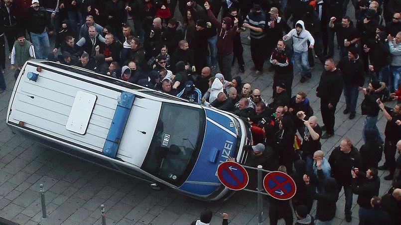 Plus de 2500 manifestants d'extrême droite ont affronté la police, dimanche, à Cologne.