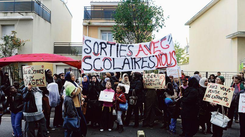 Rassemblement du collectif Sorties scolaires avec nous devant la direction départementale de l'Éducation nationale de la Seine-Saint-Denis, en novembre 2013.