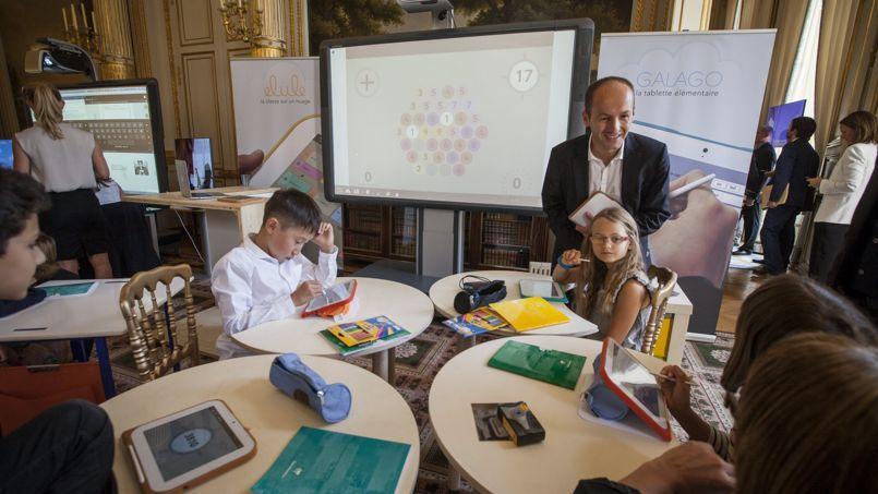 Présentation de tablettes pédagogiques à l'Elysée, en Septembre.