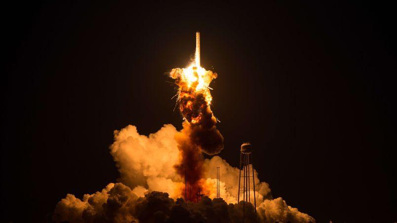 Début de l'explosion sur la partie basse du lanceur Antarès quelques secondes après son décollage.