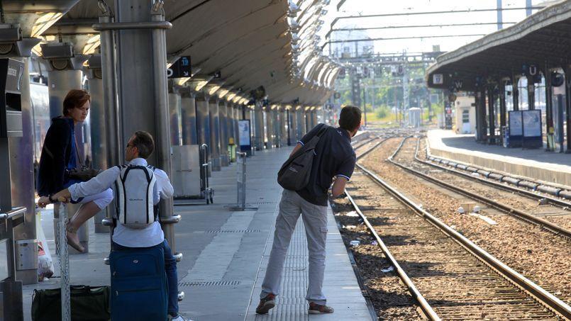 La CGT a déposé des préavis de grève à la SNCF et à la RATP pour mardi, dans le cadre d'une journée de mobilisation nationale pour la défense du service public dans les transports.