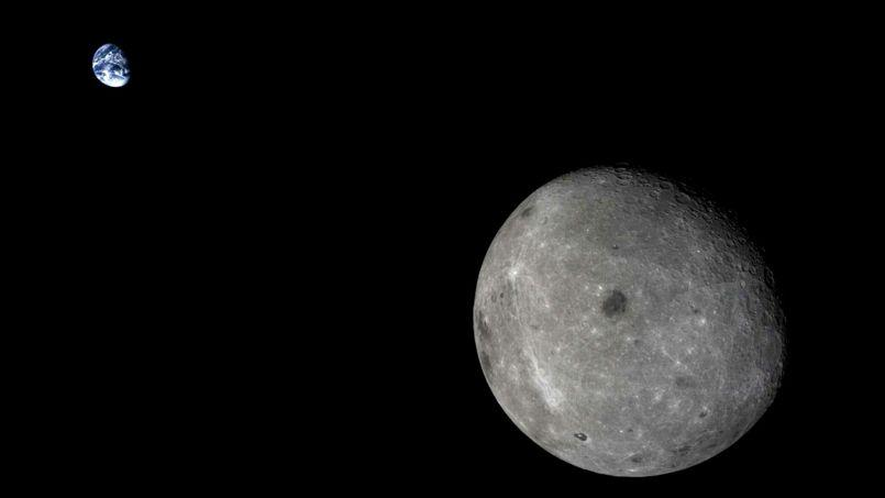 Ce cliché réunissant la Terre et la Lune, occasion rare de voir la face cachée de celle-ci, a été pris alors que la sonde devait se situer à 400.000km au moins de la Terre et amorcer son retour.