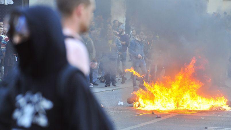 Un manifestant fait face aux forces de l'ordre, le 1er novembre dans le centre de Nantes.