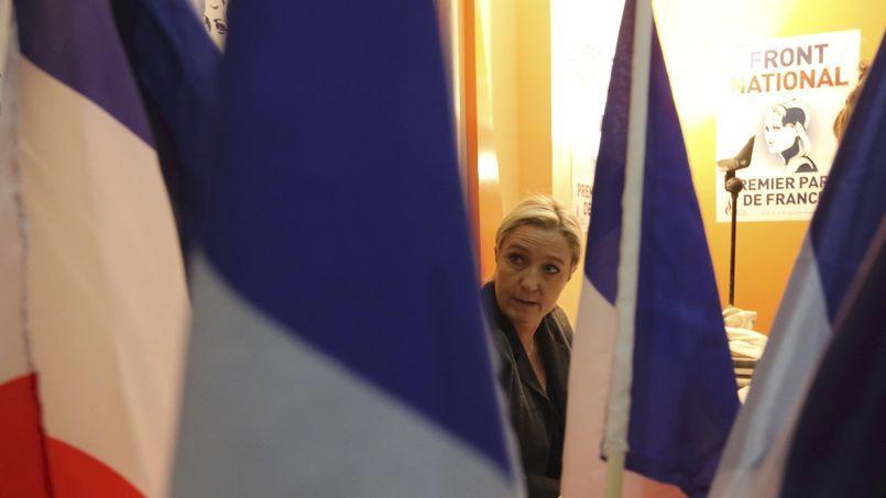 Marine Le Pen lors d'une conférence de presse à Calais.
