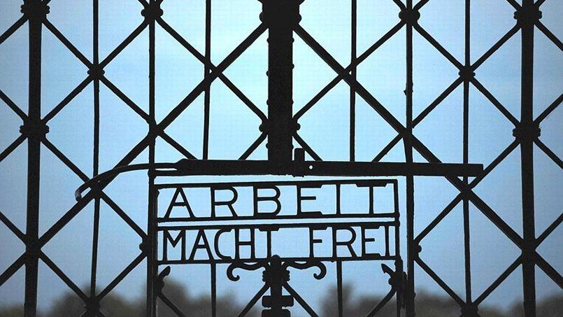 «Arbeit macht frei» («Le travail rend libre»), l'inscription que l'on pouvait lire sur la porte d'entrée principale de l'ex-camp nazi Dachau, dérobée dimanche.