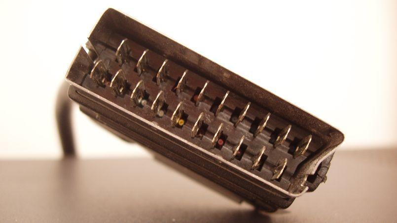 La prise Péritel, imposée en 1980 en France.