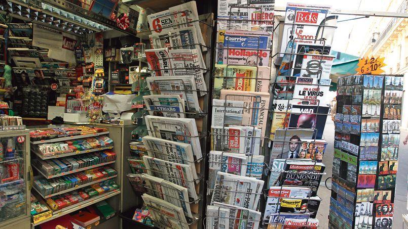 Kiosque à journaux à Paris. Les quotidiens ayant le mieux négocié le virage numérique sont également ceux dont la diffusion payée totale se maintient le mieux.