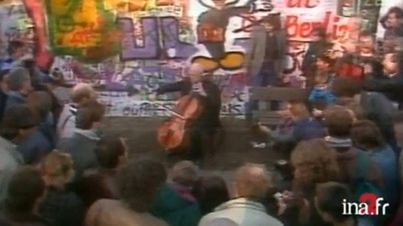 Mstislav Rostropovich jouant du violoncelle devant les ruines du mur de Berlin.
