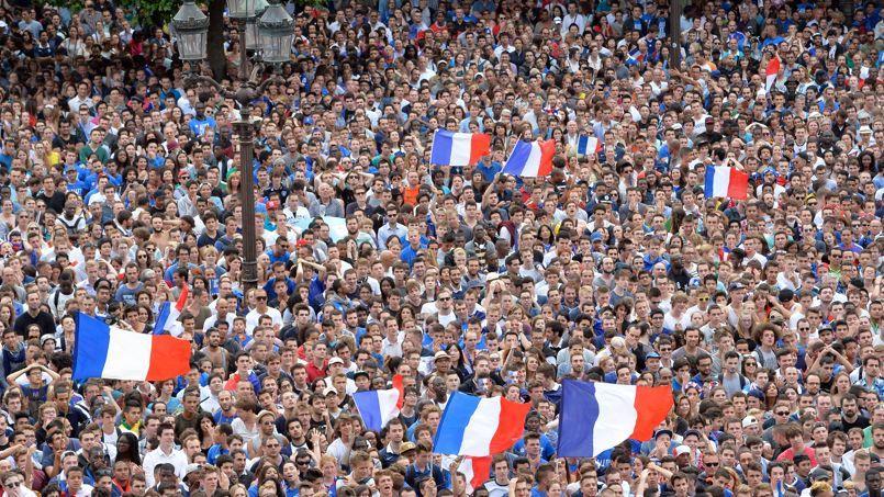 Des supporteurs devant l'hôtel de ville de Paris lors du match de football France-Allemagne, en quart de finale de la Coupe du monde, le 4 juillet 2014.