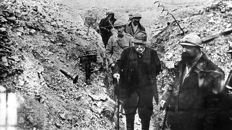 Le chef du gouvernement, Georges Clémenceau, surnommé «le Tigre», arpente une tranchée lors d'une visite sur le front, en 1917.