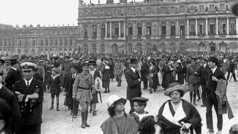 La foule s'amasse dans le parc du château pendant la signature du traité de paix de Versailles le 28 juin 1919.
