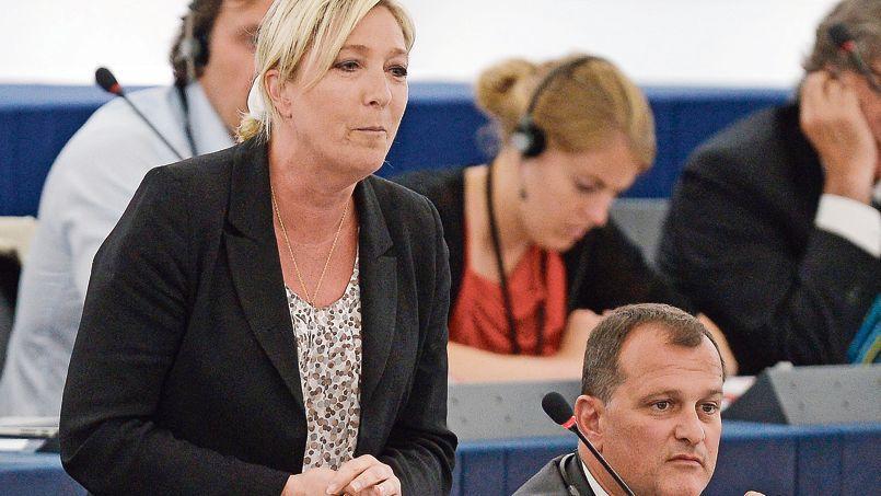 Pour Louis Aliot, vice-président du FN (ici avec Marine Le Pen au Parlement européen le 2 juillet), «c'est un pied dans la porte de la préférence nationale».