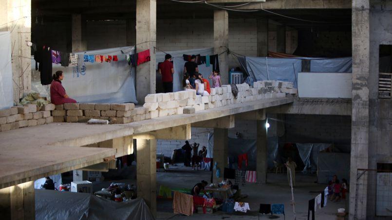 Des réfugiés chrétiens se sont installés dans un immeuble en construction à Ankawa, le 22 août 2014.