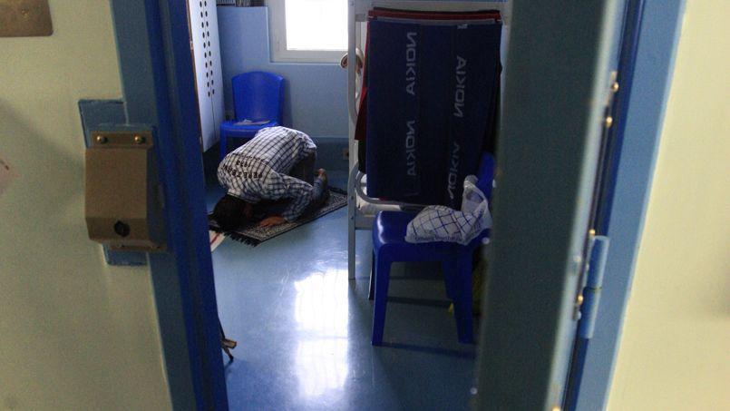 Un détenu musulman prie dans sa cellule, pendant le ramadan, à la prison de Fleury-Mérogis.