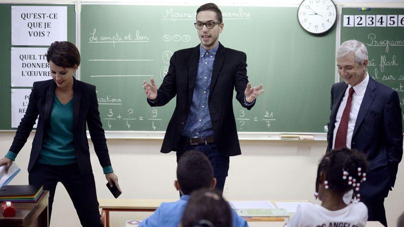 Najat Vallaud-Belkacem et Claude Bartolone entourent Damien Thoret, à l'école Jean-Rostand, à Bondy, le 19 novembre.