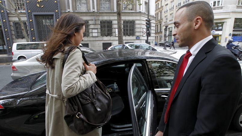 Une voiture propre, conduite par un chauffeur cravaté (ici un chauffeur de VTC): empruntés aux VTC, ces nouveaux codes sont désormais adoptés par les taxis