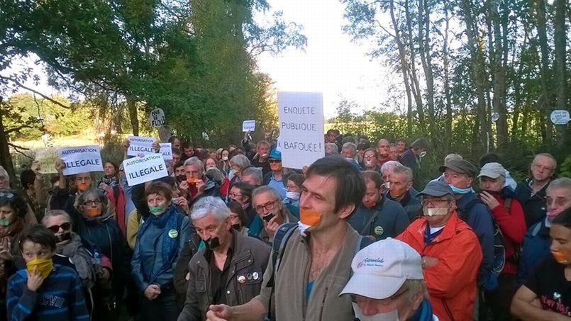 Des opposants à l'implantation du complexe touristique lors d'une manifestation le 16 novembre.