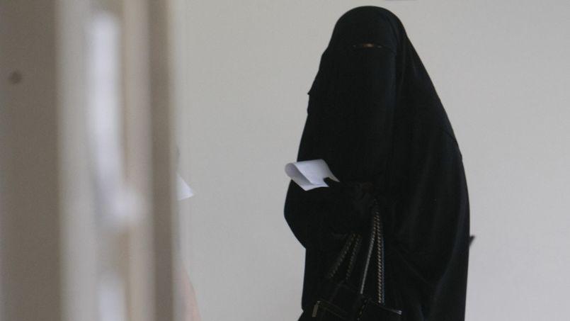 Une femme portant la burqa, au tribunal de Nanterre.