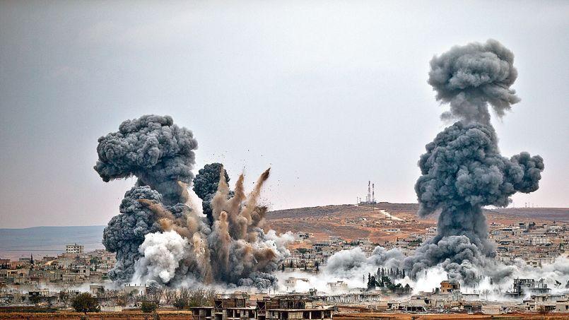 À Kobané, où les combats continuent à faire rage, les bombardements de la coalition (ici le 17 novembre) ont fait reculer les djihadistes de certaines positions stratégiques.