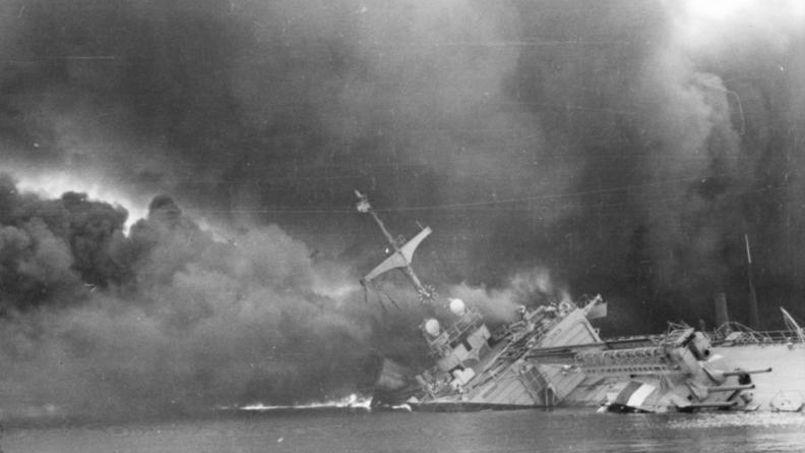 Tout un symbole: le croiseur La Marseillaise se saborde dans le port de Toulon.