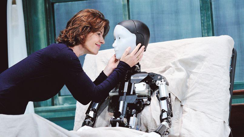 Dans La Métamorphose du Japonais Oriza Hirata, d'après Kafka, Irène Jacob dialogue avec Grégoire, un robot-androïde.