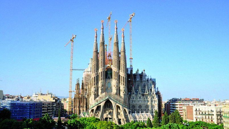 La Sagrada est une entité vivante. Des maçons ajoutent du plâtre à la poussière tandis que les soudeurs projettent des gerbent d'étincelles. D'autres encore grimpent dans les échafaudages. Tous sont les fourmis de cette nouvelle et idéale tour de Babel.