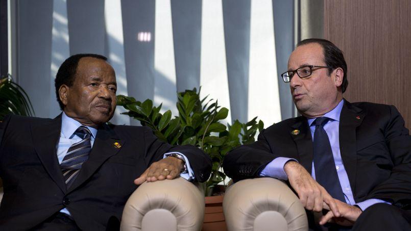 Paul Biya, président du Cameroun, et son homologue français François Hollande, à Dakar, le 30 novembre, au sommet de la Francophonie.