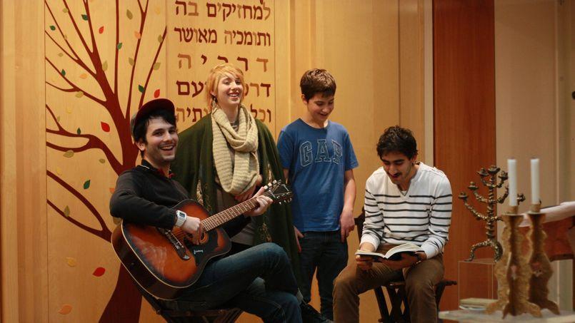 Étienne Kerber, Tali Cohen ainsi qu'Arthur Hatchuel répètent pour le Shabbat Rock de ce soir, dans la salle de l'office du CJL.