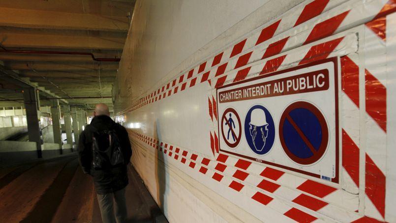 Zone de désamiantage dans un des parking au sous-sol de la Tour Montparnasse, à Paris.