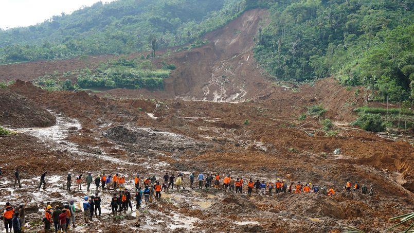 Ces centaines de personnes ont été évacuées des lieux du drame, autour du village de Jemblung, dans le district de Banjarnegara, à environ 450 km de la capitale, Djakarta.