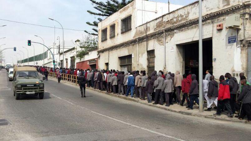 Des candidats à l'émigration font la queue aux alentours de la station de police de l'enclave espagnole de Melilla au Maroc en mars dernier.