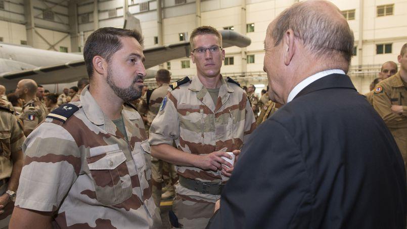 Le ministre de la Défense, Jean-Yves Le Drian, en compagnie de soldats français sur la base d'Al-Dhafra, aux Émirats Arabes Unis le 15 septembre 2014.
