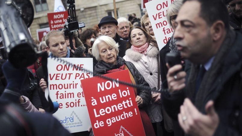 Manifestation contre le rapport Leonetti-Claeys, le 12 décembre à Paris.