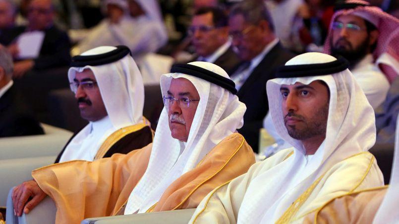 Le ministre saoudien du pétrole Ali al-Naïmi, au centre, le 21 décembre à Abu Dhabi, entre ses homologues du Qatar, à gauche, et des Émirats arabes unis (à droite).