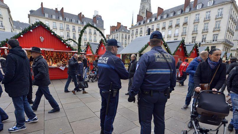 La police municipale patrouille sur le marché de Noël de Nantes.