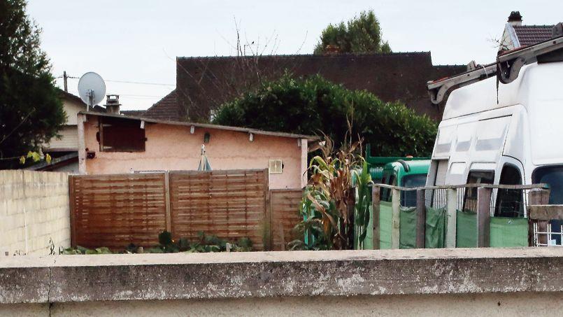 Une vieille dame habitant Rueil-Malmaison (78) a été découverte, le 23octobre, dans ce baraquement, au 90 rue de Courtry à Coubron (93), où elle était retenue.
