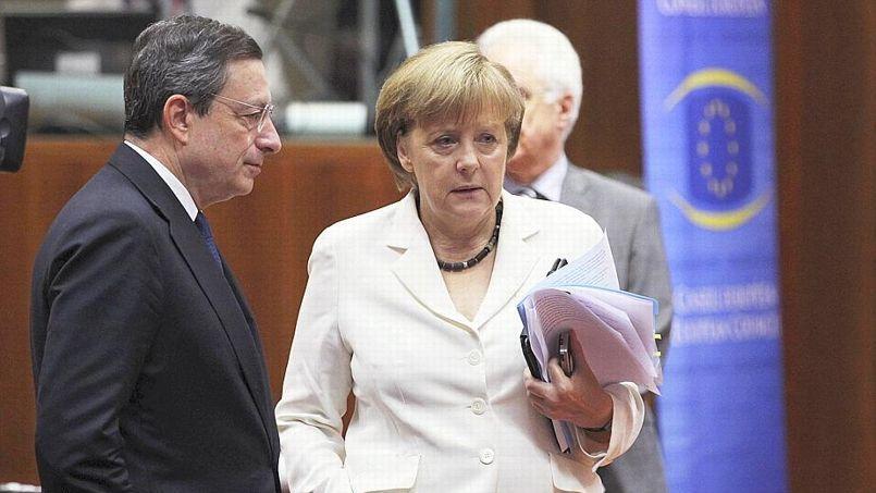 Angela Merkel (ici avec le président de la Banque centrale européenne, Mario Draghi, lors d'un sommet européen à Bruxelles) ne croirait plus à la théorie des dominos en Europe