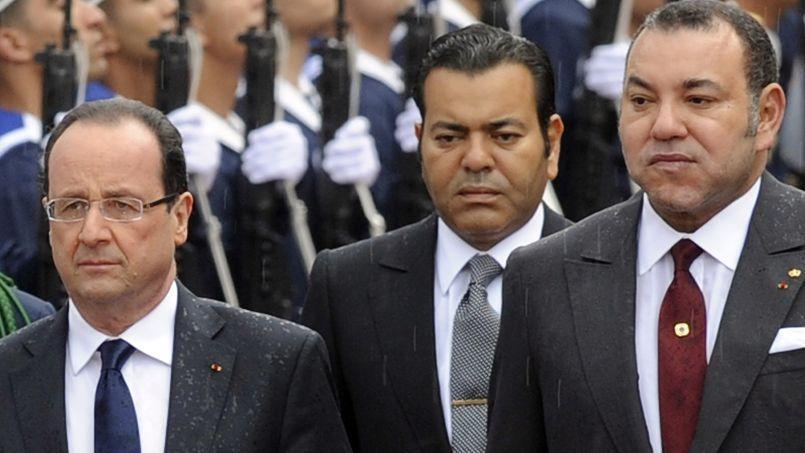 François Hollande, le roi Mohammed VI (à droite) et son frère le prince Moulay Rachid (à droite) à Casablanca, le 3 avril 2012.