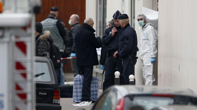 Plusieurs centaines de limiers, faisant partie de la fine fleur de la police française, sont mobilisés 24 heures sur 24 pour trouver les trois terroristes.