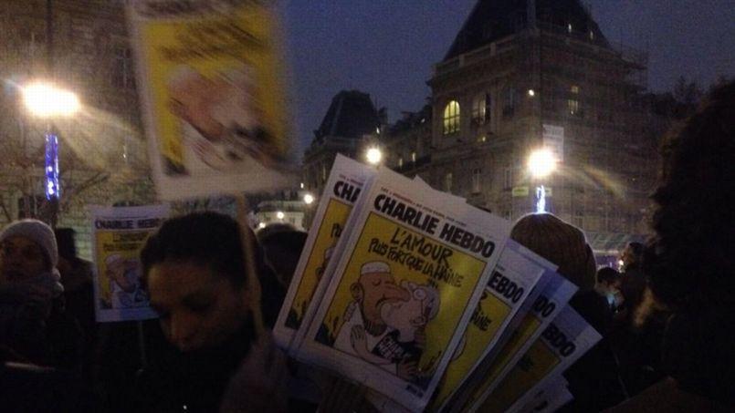 Hommage aux victimes de l'attentat, place de la République à Paris. Crédits photo: capture d'écran Twitter