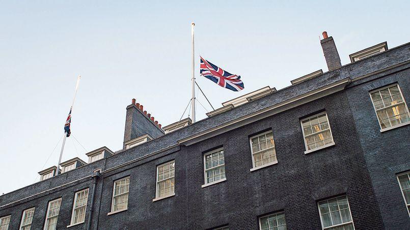 Par solidarité avec le peuple français, David Cameron a décidé de mettre l'Union Jack en berne à Downing Street.