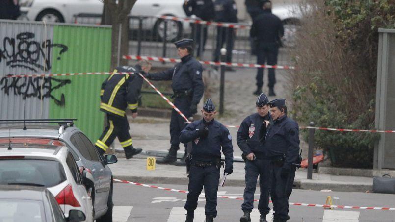 Des policiers patrouillent près des locaux de  Charlie Hebdo. Deux d'entre eux ont été abattus par le commando, mercredi.