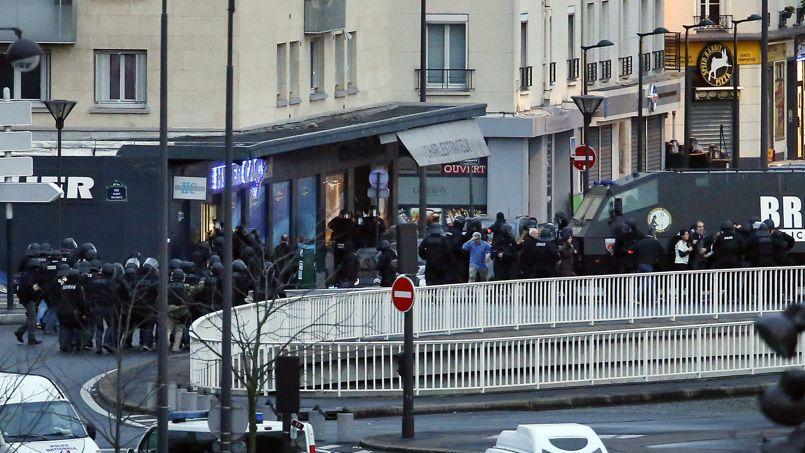 Les forces de police évacuent les otages retenus dans la supérette kasher de la porte de Vincennes, le 9 janvier.
